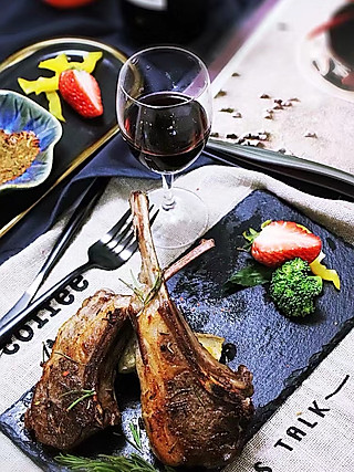 lingling玲食的迷迭香法式羊排,鲜嫩多汁美味难挡!