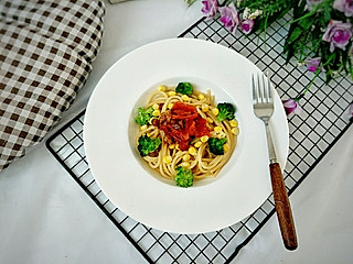 糖小田yuan创意料理组的早餐吃什么?牛肉西红柿酱意面这样做,酸咸开胃好美味!