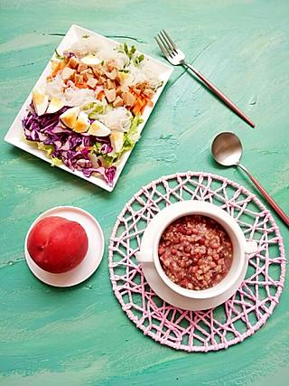 清露风荷的<topic id='272'>秀午餐 </topic>一人食午餐 早上做的红豆薏仁糙米粥还有很多,中午接着吃吧,用各种蔬菜、鸡蛋、鸡肉和魔芋粉丝做了一大盘沙拉,配个桃子!越来越觉得自己像个兔子,整天吃草😃