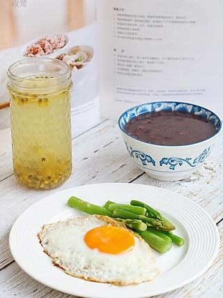 夜莺pnl的🍓一人食~黑豆杂粮粥+鸡蛋芦笋+百香果柠檬水