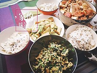 达西西的<topic id='273'>秀晚餐 </topic>今晚的晚餐,太美味了!主食:三色藜麦米饭,西红柿、金针菇、海鲜菇、魔芋、火腿、豆腐放在一起炖,十分好吃啊!角瓜鱼饼、剩的饺子馅儿加个鸡蛋炒一下,也是一道菜😋