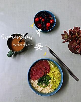 罗勒酱的5.25早安 咖啡+牛肉包菜汤面+蓝莓樱桃