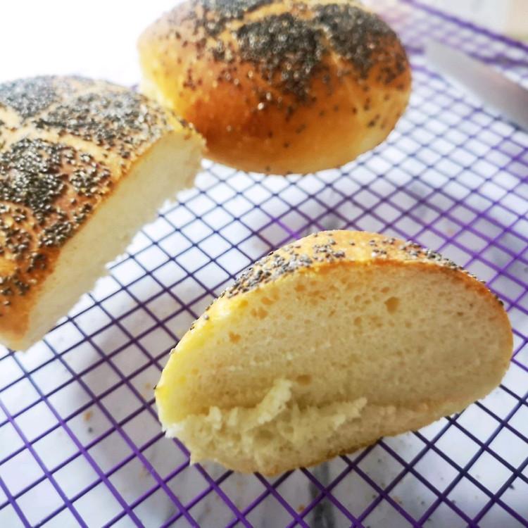割包没割好,用的面包机揉面,卖相还不够,没有面包刀,切不好!拍的时候还在冒热气,又匆忙出门,所以没拍好。但是吃起来真的是口感超好的,外面脆里面高水分一点也不会觉得干,整体来说是超级简单好做的。这次吃完过段时间再试一次!图3