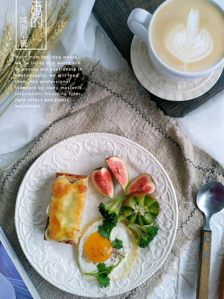 🌸 儿子在家的早餐越来越晚了。有点咳嗽感冒,清淡一点儿。黑椒牛排,秋葵海参蒸蛋羹,百合绿豆大米粥,全麦香煎烤芝士(矮呀太好吃),果蔬沙拉,咖啡☕️ 拿铁,周末愉快🌹 🌹图1