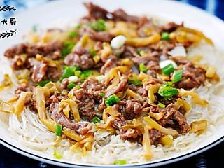 金针粉丝蒸滑牛肉,咱们不但吃得起榨菜,还加肉吃,可劲儿造,羡慕si你!