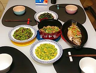 脂粉坊的今日晚餐:铁锅焗河鲈、铁锅炖鸭腿杏鲍菇,嫩笋炒鸡蛋,苦瓜牛肉