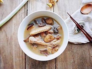 简爱美食屋的秋季养生汤小鸡炖山蘑,汤鲜肉嫩
