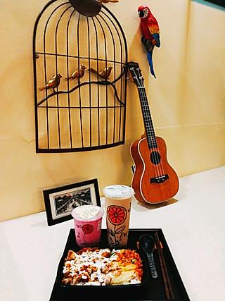 韵蔺小筑的雨天,脆皮鸡饭,牛魔王黑砖奶茶组合。