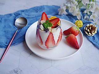 清露风荷的周五的晚间休闲,来杯水果酸奶做夜宵
