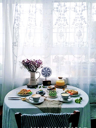 快乐家族宝妈刘华的二人食早餐:今日轻食。全麦胚芽贝果,炒豆芽,水煮蛋,秋葵蒸蛋羹,豆腐乳橄榄菜,花生米,玉米面糊糊,咖啡拿铁