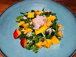 茱莉娅的视界的这顿轻食晚餐特意为减脂的你所做!羽衣甘蓝芒果中东米沙拉配酸奶坚果酱