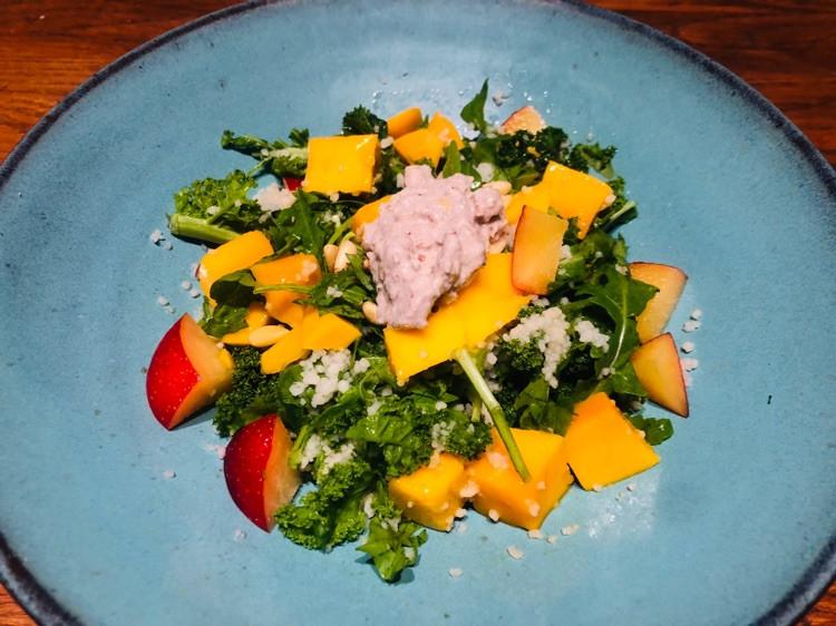 这顿轻食晚餐特意为减脂的你所做!羽衣甘蓝芒果中东米沙拉配酸奶坚果酱图1
