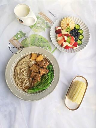 紫煜_zy的【早餐】排骨面、玉米、牛奶、水果拼