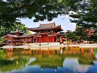 蘭心阁主的古老的凤凰堂,沐浴在明媚的阳光之下,倒影清晰美丽,惊艳了无数时光,绝世而独立