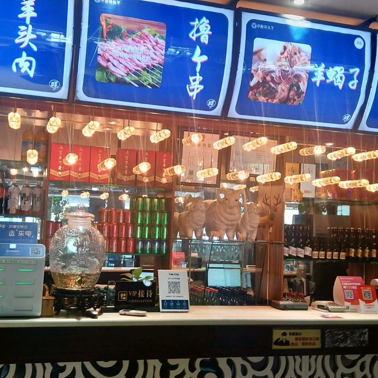 这是一家清真餐厅,坐落朝阳区回民乡!具体位置在北京市朝阳区常通路3号院2号楼8层1单元9005!!! 老板姓武!蒙古族人,自从前年开张我们就办了贵宾卡!享受七折待遇。( '▿ ' )。我们现在已经从食客转变为朋友,当然,结账还是一样的!!! 这里的牛羊肉非常新鲜,有传统的老北京涮羊肉,有火锅羊蝎子清真炒菜,老北京清真风味凉菜,还有免费的小吃水果,涮肉蘸料一次交费后 后面随意加不再收费!不管是老人小图7