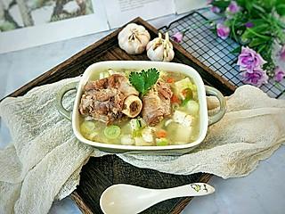 糖小田yuan的秋季滋补羊骨汤,水开后加入豆腐,汤汁鲜美一点都不膻噢~