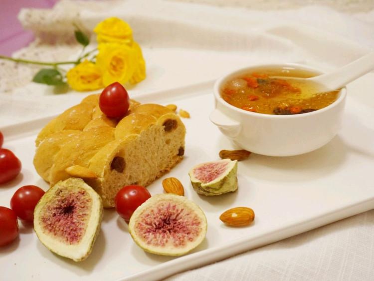 讨好自己过好每一天喜欢今天明亮的颜色#吃好早餐#提子面包+雪燕皂角米红枣杞子+干果+小番茄图1