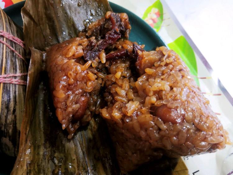 午餐吃粽子,还是有肉的吃着香图2