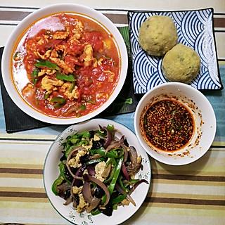 玉米蔬菜团子和蘸料,番茄炒蛋,青椒洋葱炒黑木耳