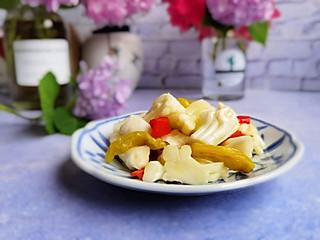 小菜一碟的家的这款泡花菜梗,是才摸索出来的,恒顺白醋泡的,朋友圈大受欢迎
