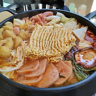 「  Luki__靖 」的午餐从正能量满满的部队火锅开始😉😉😉