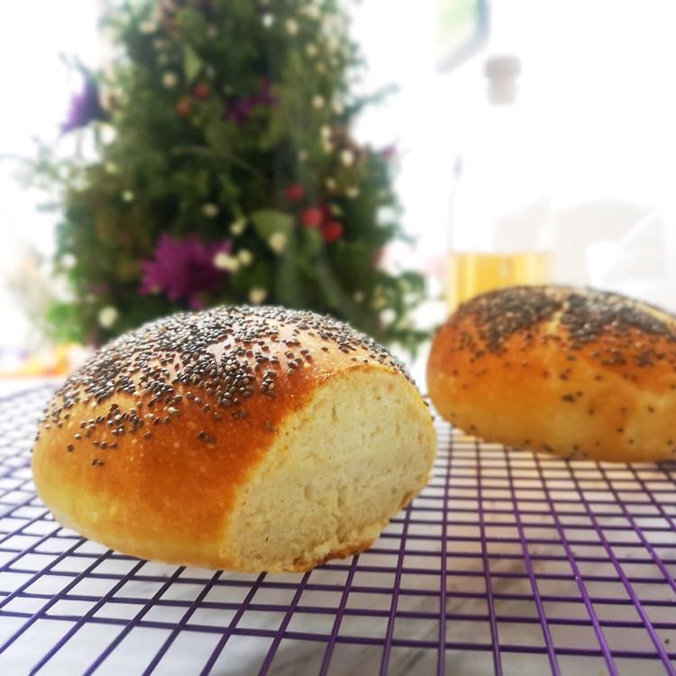 割包没割好,用的面包机揉面,卖相还不够,没有面包刀,切不好!拍的时候还在冒热气,又匆忙出门,所以没拍好。但是吃起来真的是口感超好的,外面脆里面高水分一点也不会觉得干,整体来说是超级简单好做的。这次吃完过段时间再试一次!图2
