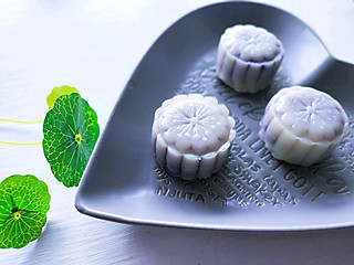 楚楚小厨的你害怕传统月饼的高油高糖高热量吗?来试试藜麦紫薯冰皮月饼吧!