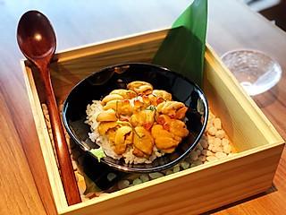 QQ茜的鮨鲜きたじま日本料理(美罗城店),一口甜海胆搭配一口醋饭,这是我最爱的幸福滋味了~