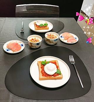 脂粉坊的今日早餐:水波蛋三明治、酸奶麦片、水蜜桃。休息日起得比平时