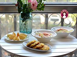 meggy跳舞的苹果的周末在家吃早饭,鸡蛋虾仁煎米饼,大虾清汤面。香!