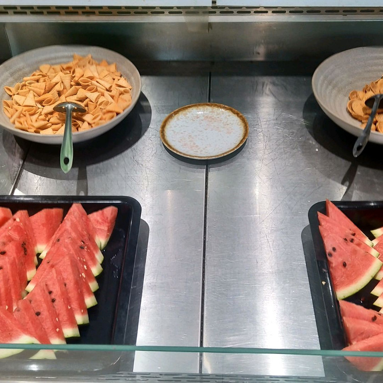 这是一家清真餐厅,坐落朝阳区回民乡!具体位置在北京市朝阳区常通路3号院2号楼8层1单元9005!!! 老板姓武!蒙古族人,自从前年开张我们就办了贵宾卡!享受七折待遇。( '▿ ' )。我们现在已经从食客转变为朋友,当然,结账还是一样的!!! 这里的牛羊肉非常新鲜,有传统的老北京涮羊肉,有火锅羊蝎子清真炒菜,老北京清真风味凉菜,还有免费的小吃水果,涮肉蘸料一次交费后 后面随意加不再收费!不管是老人小图3