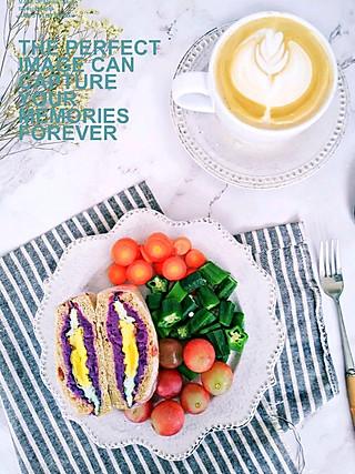 快乐家族宝妈刘华的二人食早餐:全麦咖啡紫薯夹馅三明治(好长的名字[呲牙]),秋葵蒸蛋羹,蔬菜沙拉,提子,玉米糊糊,咖啡拿铁