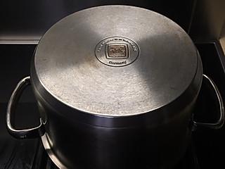 琼姐百合的擦干净了熏黑得一塌糊涂的锅,只用到了家家都有的它们...😄😄