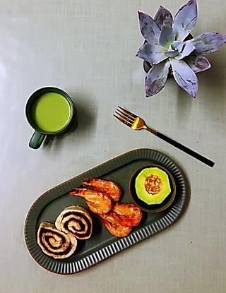 罗勒酱的5.23早安 青汁牛奶+豆沙卷+烤虾+玫珑瓜