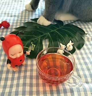 张大厨的小厨房的猫咪又上桌桌了😄猫咪想喝茶😛奇怪看我怎么一口给喝完了😂