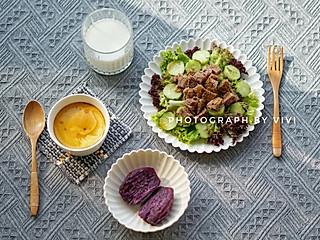 薇·妙滋味的减脂早餐系列 牛肉蔬菜沙拉,蒸鸡蛋羹,蒸紫薯,脱脂牛奶~
