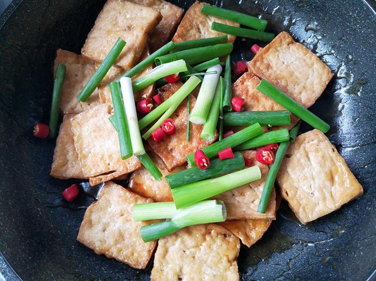 葱香蚝油煎豆腐,超简单的下饭菜,焖煮一下更入味~图8