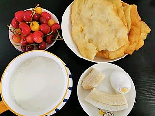 吃货小燕子的今日早餐:面鱼儿+咸蛋+牛奶+香蕉+樱桃