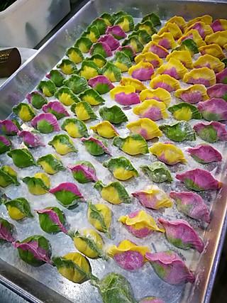 若雪神采飞扬的彩色蔬菜汁皮饺子完工了💪💪💪