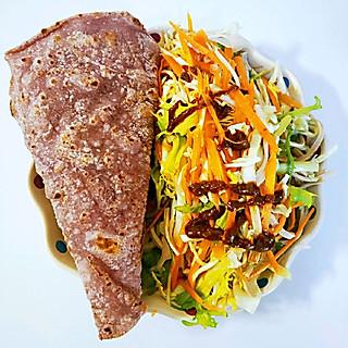 蓝色的海浪的记录早餐[玫瑰][玫瑰][玫瑰] 这样的卷饼特别适合夏天,蔬菜切丝,加点盐拌匀,吃的时候加点香其酱拌匀,再卷起来,好清爽,昨天下雨,早上特意熬了海鲜菌菇汤,好鲜,一定要用干香菇,干木耳,干虫草花,几颗虾仁,真的很好喝,火龙果对半切开摆盘。今天上班迟到了,15分钟的路程,妥妥的走了35分钟[捂脸][捂脸]