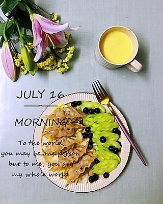 罗勒酱的7.16早安 牛奶芒果汁+煎饺+黄瓜蓝莓