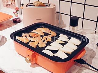 """味知小鹿的#小鹿的女王早餐2019#  💜做你有内心确定感的事  助理宝宝说我的三明治被谁吃了! 那我给你做一个吧🥯  助理宝宝我就吃半个 我饱了 那我也吃半个  🌝饭要正常吃,但要等比例少吃。少吃的程度是:当你感觉到不饿的时候就可以停止。-王潇  — - - - - - 199 Days Passed  - - - - - - -   [是日金句]  ♛ 所谓""""完美的产品""""""""极致的产品""""就像""""完美的人""""一样,只是一种追求,但世上并不存在。重要的不是完美,而是对方要的那个确定性你是否还能提供,对方是否还依赖你,这才是关系的关键。"""