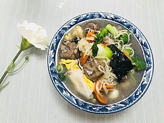 雪无声m的中午的黑豆排骨汤下面条,加入鸭蛋,小青菜,花菜,黑木耳,简单快手营养,吃完消食瑜伽去了噢!