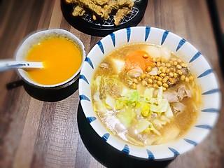Vde轻食坊的汤底浓烈相宜,咸淡适中。转眼满满一碗,风卷残云,幸福啊!