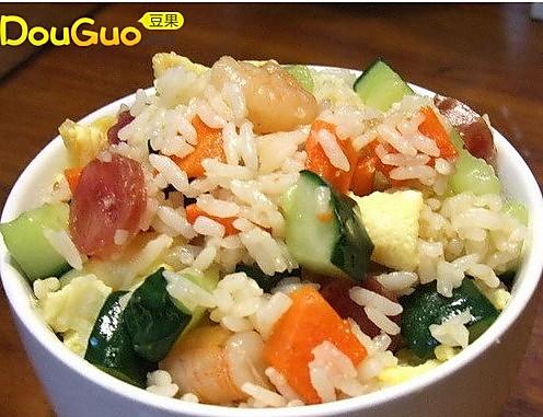 青瓜虾仁腊肠炒饭的做法