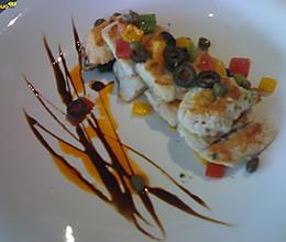 香煎鲈鱼配西红柿柠檬沙沙的做法