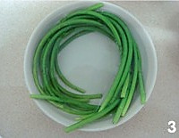 凉拌手撕蒜苔的做法图解3