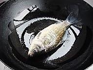 奶白鲫鱼豆腐汤的做法图解2