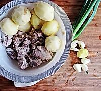 经典家常菜---排骨烧土豆的做法图解1