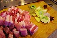 猪肉炖粉条的做法图解1